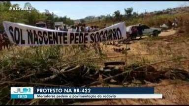 Moradores de conj. às margens da BR-422 protestam no sudeste do Pará - Eles usaram tratores e troncos de árvores para impedir trânsito na rodovia.