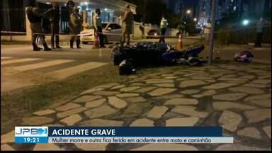 Mulher morre e outra fica ferida em acidente entre moto e caminhão - Acidente grave