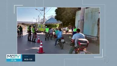 Blitz educativa para motociclistas é realizada na BR-135, em Bocaiuva - Motociclistas ganharam antenas que servem para proteção contra linhas cortantes usadas ilegalmente em pipas.
