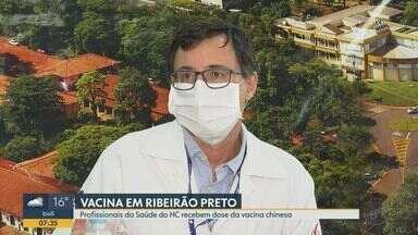 Covid-19: profissionais do HC recebem vacina chinesa em Ribeirão Preto - Substância está em fase de testes no país.
