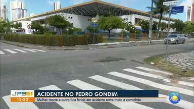 Mulher morre e outra fica ferida em acidente no Pedro Gondim, em João Pessoa - Acidente foi entre uma moto e um caminhão.