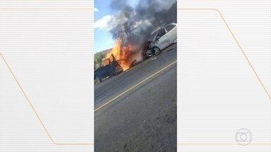 Acidente deixa 4 mortos na BR-262, em Minas Gerais - Segundo a PRF, um motorista bateu na traseira de um veículo, que rodou na pista e bateu de frente com um terceiro carro.
