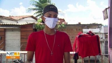 Entregador tem bicicleta roubada após entrega no Recife e busca ajuda para recomeçar - Veículo de quase R$ 2 mil foi levado depois de Jonatan pagar a última prestação.