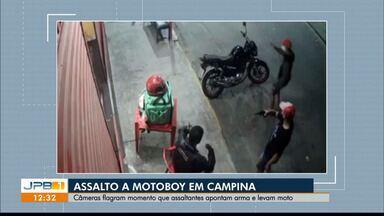 Motoboy é assaltado em Campina Grande e bandidos são flagrados por câmera - Eles apontaram arma para o trabalhador e levaram a moto.