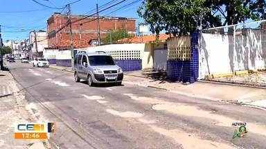 Motoristas e moradores reclamam de buraqueira no Centro da capital - Saiba mais no g1.com.br/ce