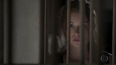 Eliza vê Germano sendo preso - Empresário fica em uma cela próxima a dela