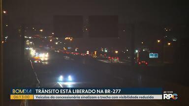 O trânsito está liberado na BR-277 - Veículos da concessionária sinalizam o trecho com visibilidade reduzida.