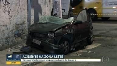 Acidente na Zona Leste deixa três pessoas feridas - Veículo bateu em poste. Uma das vítimas foi levada em estado grave a hospital da região.