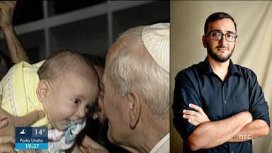 Mãe relembra emoção ao ter bebê beijado pelo Papa João Paulo II em SC - Mãe relembra emoção ao ter bebê beijado pelo Papa João Paulo II em SC