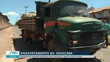 Caminhão causa engavetamento com quatro veículos na avenida Moaçara; motorista fugiu - O caminhão que estava carregado com material reciclável atingiu três carros e uma motocicleta. SMT apura se faltou freio ou foi falha humana.