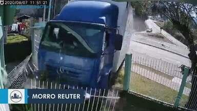Caminhão desgovernado invade casa em Morro Reuter, no Vale do Sinos - Motorista do veículo e o passageiro tiveram ferimentos leves.