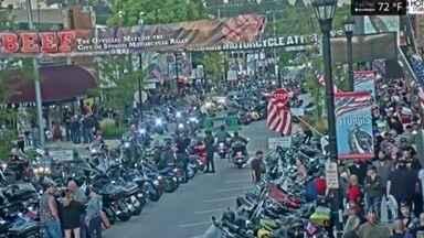 Encontro de motociclistas nos EUA reúne milhares de pessoas em meio à pandemia - Evento aconteceu no fim de semana em que foram confirmados mais de 5 milhões de casos da Covid-19 no país. A maioria das pessoas circulou no encontro sem máscara.