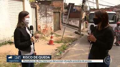 Situação precária de postes em BH - Moradores do bairro Alto Vera Cruz reclamam de estruturas que correm o risco de cair.
