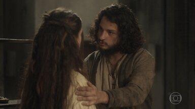 Hugo insiste para que Elvira fale sobre seu casamento com Joaquim - Ele quer saber até que ponto é verdade essa história