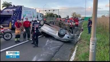 Motorista capota carro após perder controle da direção na BR-101, em João Pessoa - Duas pessoas ficaram feridas após o acidente. Uma delas precisou ser socorrida para o Hospital de Trauma da capital.