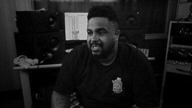 Baco Exu Do Blues - Hip Hop Machine é o encontro do Jazz com o Rap. Leo Gandelman se junta aos artistas em ascensão do Rap nacional para bater um papo com eles e fazer performances incríveis. Nesse episódio é a vez de Baco Exu do Blues