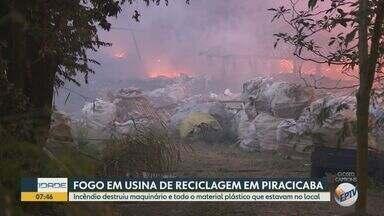 Incêndio destrói depósito de recicláveis em Piracicaba - Caseiro conseguiu escapar, mas materiais e maquinário que estavam no local foram consumidos pelas chamas. Fogo foi controlado na noite de terça-feira (11).