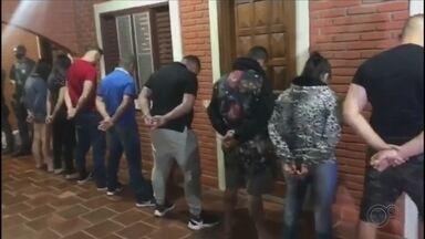 Polícia prende quadrilha suspeita de 'furtar' CPFs para sacar auxílio emergencial no inter - A Polícia Militar prendeu na noite desta terça-feira (11) uma quadrilha suspeita de aplicar golpes de estelionato digital, para obtenção indevida do auxílio emergencial. O grupo foi encontrado em uma chácara de Lençóis Paulista (SP).