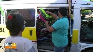 Irmãos transformam Kombi de transporte escolar em 'carro da limpeza' durante a pandemia - Veículo perdeu a utilidade original com a suspensão das aulas e ganhou um novo uso para manter a renda da família.