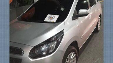 Destaques do G1: Cinco homens são presos por suspeita de roubo de carga em Santa Isabel - De acordo com a polícia, a carga avaliada em R$ 25 mil havia sido retirada do Brás, na capital, e seria distribuída em diversos pontos.