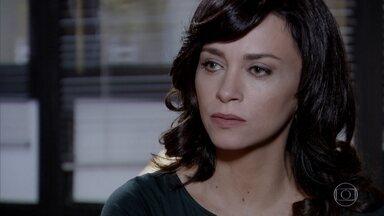 Joana revela ao delegado que loura misteriosa e Tereza Cristina são a mesma pessoa. - Ela conclui que a socialite é a assassina de Marcela