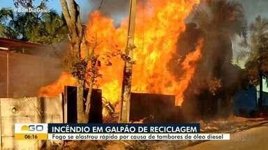 Incêndio destrói depósito de material de reciclagem, em Trindade - Chamas foram bem fortes.