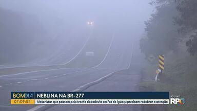 Motoristas que passam pelo trecho da rodovia em Foz do Iguaçu precisam redobrar a atenção - Neblina reduz a visibilidade.