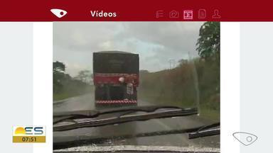 Rapaz é flagrado pendurado na traseira de caminhão na BR-101, no ES - Assista.