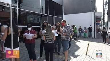 Clientes formam fila para rever conta de luz - Renovação de RG causa aglomeração em São Paulo