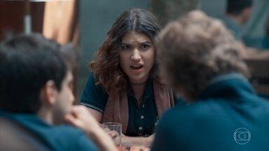 Samantha estranha a reação de Lica após a conversa com Bóris - Guto defende Lica na frente dos amigos