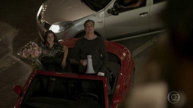 Eliza faz jogo duro com Arthur - Ressentida, a ruiva desdenha da declaração de amor do empresário