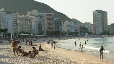 """Prefeitura do Rio reavalia a polêmica ideia de demarcar a areia das praias - A proposta previa reservar uma espécie de cercadinho, um espaço na areia por aplicativo, mas agora a prefeitura do Rio disse que essa ideia gerou """"confusões e controvérsias"""" e está sendo reavaliada."""