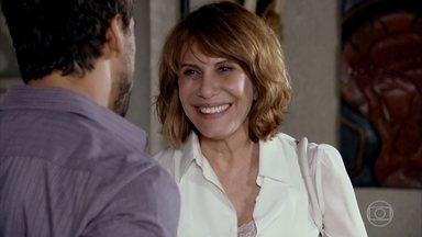 Pereirinha acha que Enzo gosta de Danielle - O rapaz acompanha a médica na entrevista com os jornalistas