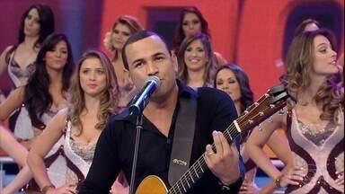 Se Vira Nos 30: Tony Max se apresenta no palco do Domingão - Ele faz cover de vários cantores e agrada a plateia
