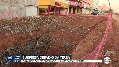 Lixo ficou acumulado dentro de buraco de obra em Vicente Pires - Lixo está enterrado há muito tempo na rua 12, que está passando por obras de drenagem e terraplanagem A previsão é que elas sejam concluídas em dezembro.