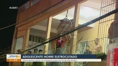 Adolescente morre eletrocutado em Manaus ao tentar pegar pipa presa em fio de alta tensão - Segundo familiares, jovem usou vassoura de ferro para tentar pegar objetivo e acabou atingido por uma descarga elétrica. Caso foi registrado neste domingo (18).