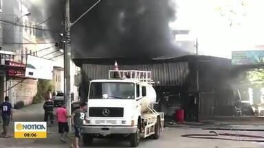 Incêndio atinge depósito de pneus em Caratinga - Ocorrência foi no bairro Limoeiro, ninguém ficou ferido.