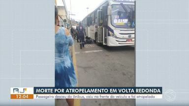 Passageira morre atropelada logo após descer de ônibus em Volta Redonda - Roda passou sobre o corpo da vítima, que desceu cambaleando e tombou para trás assim que motorista recolocou veículo em movimento. Acidente aconteceu na Avenida Waldir Sobreira Pires, que liga os bairros Retiro e Vila Brasília.