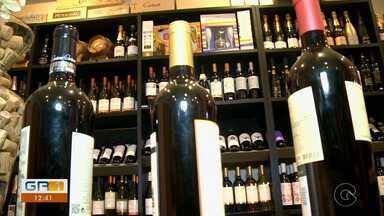 Aumenta o consumo de vinho durante pandemia do novo coronavírus - O que está sendo bom tanto para quem degusta, quanto para quem vende, porque está faturando muito mais.