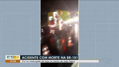 Homem morre e cinco pessoas ficam feridas em acidente na BR-101, em João Neiva, ES - Veja na reportagem.