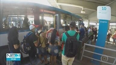 Em meio à pandemia, transporte público é um dos maiores desafios para conter contaminação - No Grande Recife, passageiros precisam disputar espaço dentro dos ônibus.