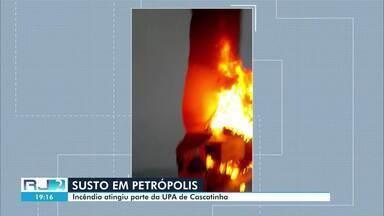 Incêndio atinge parte da UPA Cascatinha, em Petrópolis, no RJ - Suspeita é de que fogo tenha começado após curto-circuito em aparelho de ar condicionado. Ao todo, 14 pacientes foram transferidos para outras unidades de saúde.