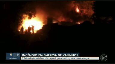 Fábrica de pisos de borracha é destruída por incêndio em Valinhos - Os bombeiros foram acionados às 2h15 e terminaram o trabalho às 5h40. Ninguém se feriu e ainda não se sabe a causa do incêndio.