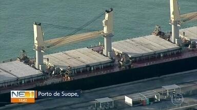 Tripulantes de navio retido em Suape testam negativo para Covid-19 - O navio vietnamita atracou no Porto de Suape na segunda-feira (17) após um dos tripulantes morrer a bordo. Segundo Anvisa, com resultado, embarcação pode ser liberada para seguir viagem.
