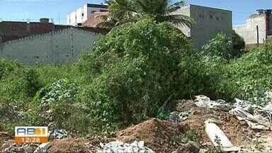 Moradores reclamam de problemas em terreno abandonado do bairro Maria Auxiliadora - No espaço foram constatados problemas de mato alto, lixo e metralha.