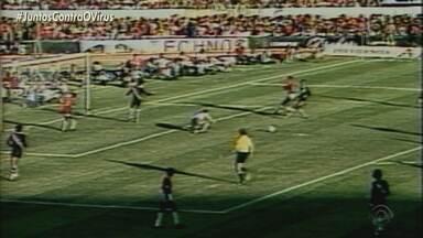 Eduardo Coudet tenta resolver o problema dos gols de bola aérea - Com a venda de Bruno Fucks para o futebol russo, titularidade da zaga colorada fica com Zé Gabriel.