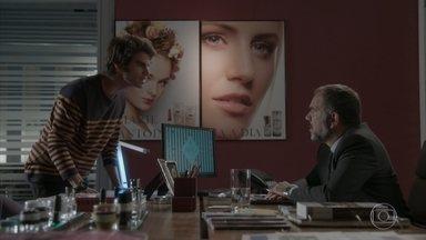 Fabinho diz a Germano que Sofia está viva - Enquanto isso, Carol fica triste ao ver convite para a festa da Totalmente Demais