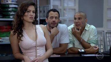 Deborah rejeita Quinzé - O filho de Griselda fica frustrado ao ter convite para encontrar a moça recusado
