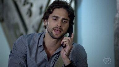 Beto Jr. chega ao prédio de Esther - Beatriz consegue avisar que está no local e o repórter sobe apressado para o apartamento
