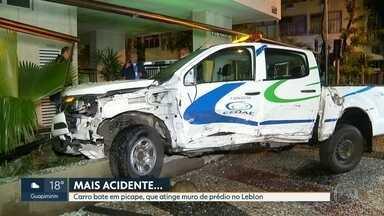 Carro bate em picape da Cedae no Leblon - Com o impacto, carro da companhia destruiu muro de prédio. Duas pessoas ficaram feridas, foram encaminhadas para o hospital, mas já tiveram alta